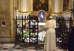 Papa_Francesco_prega_davanti_a_Pier_Giorgio_1